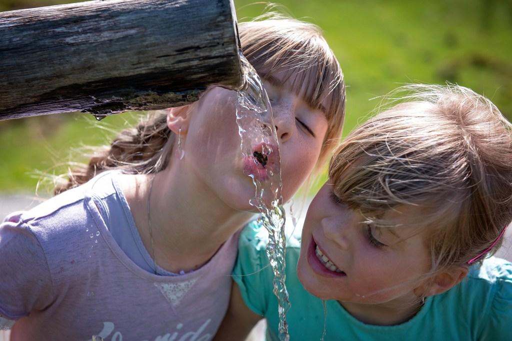 deux filles qui boivent à une fontaine