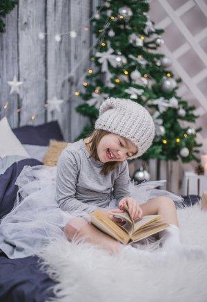 petite fille lisant un livre pour attendre noel