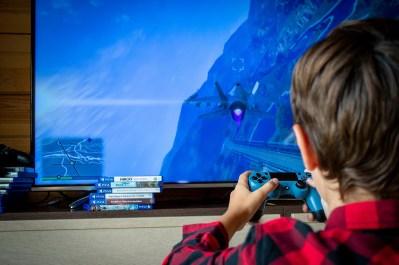 un enfant jouant à un jeu vidéo