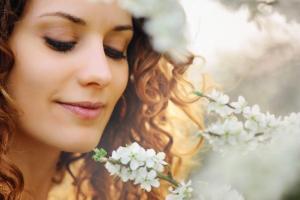 Une belle femme qui respire des fleurs