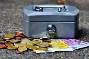 Une boîte à argent avec des pièces et des billets