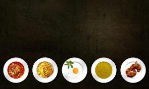 5 assiettes différentes avec des aliments sur un fond noir