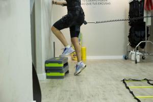 Personne réalisant une séance de sport avec de l'électrostimulation