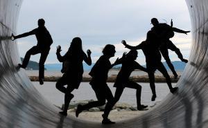 Un groupe d'amis sautant de joie