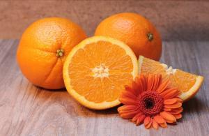 Des oranges sur une table