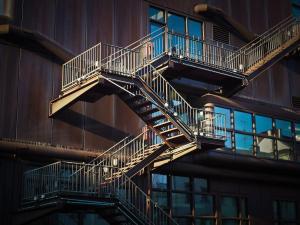 Escaliers à flan de bâtiment