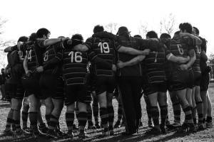 Equipe de rugby se tenant par les épaules