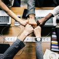 Une équipe rassemblant les poings pour se rallier au bureau