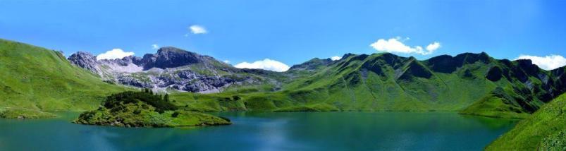 Lac sur paysage de montagne