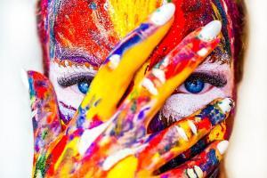 Visage peint en couleur