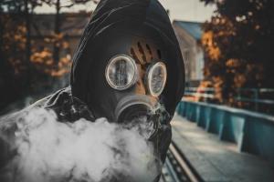 Une personne avec un masque à gaz