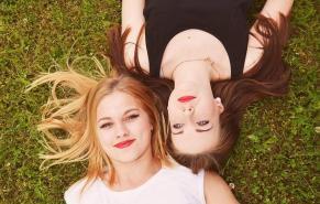 Amies couchées dans l'herbe