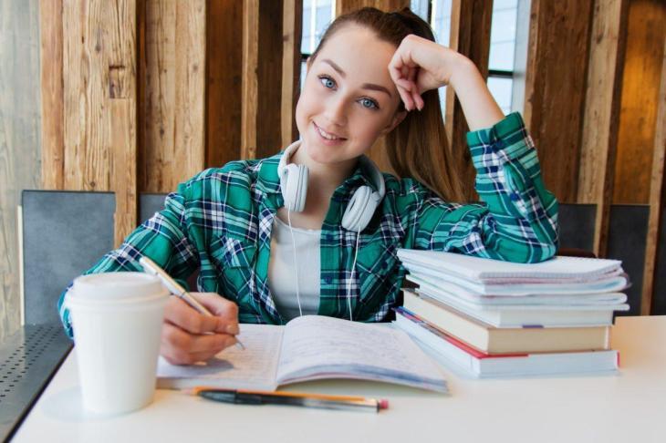 Etudiante en train d'étudier