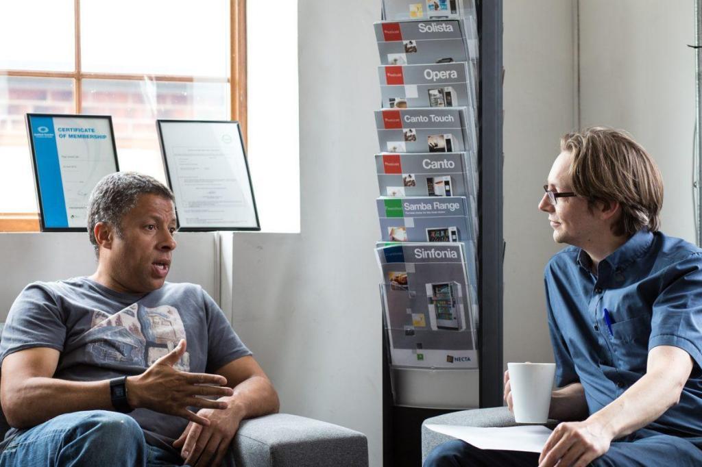 2 personnes discutant dans un bureau