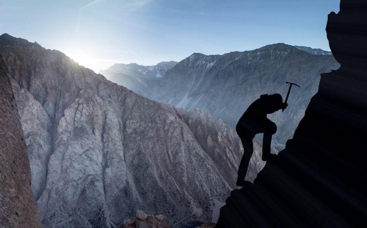 Un alpiniste qui monte vers le sommet