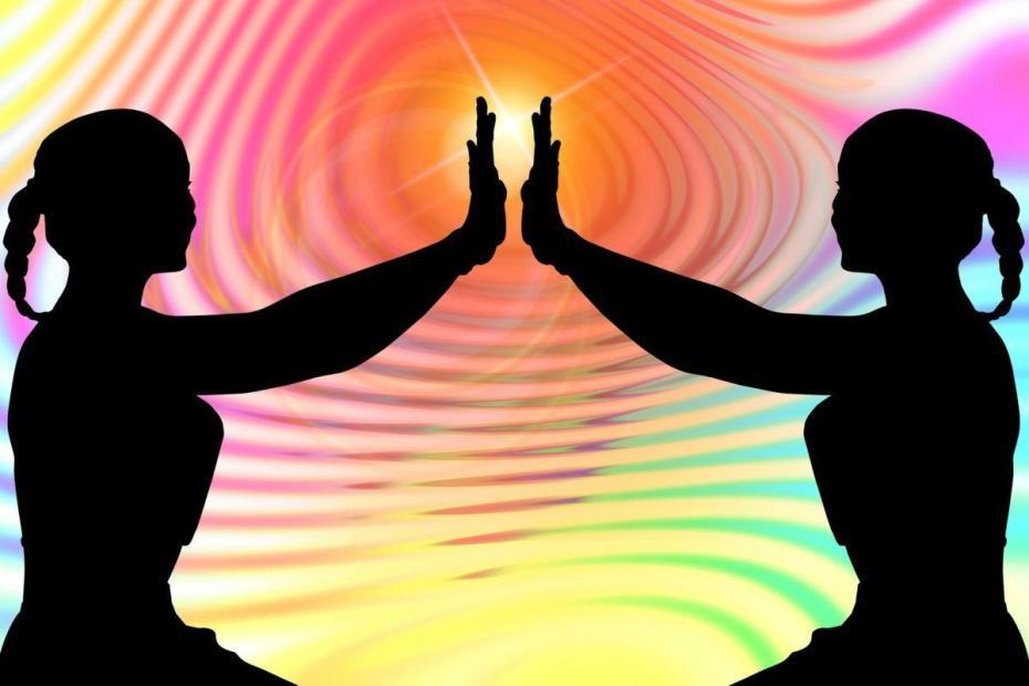 Deux personnes lesquelles circulent l'énergie vibratoire