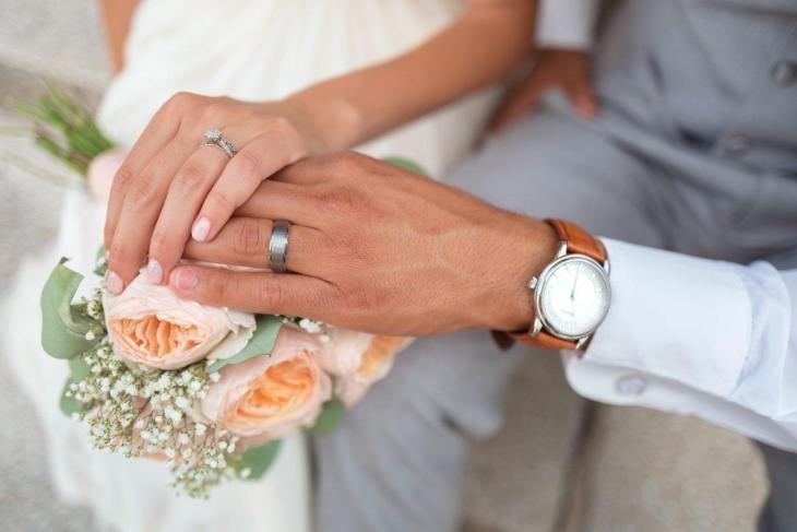 Deux amoureux à leur mariage