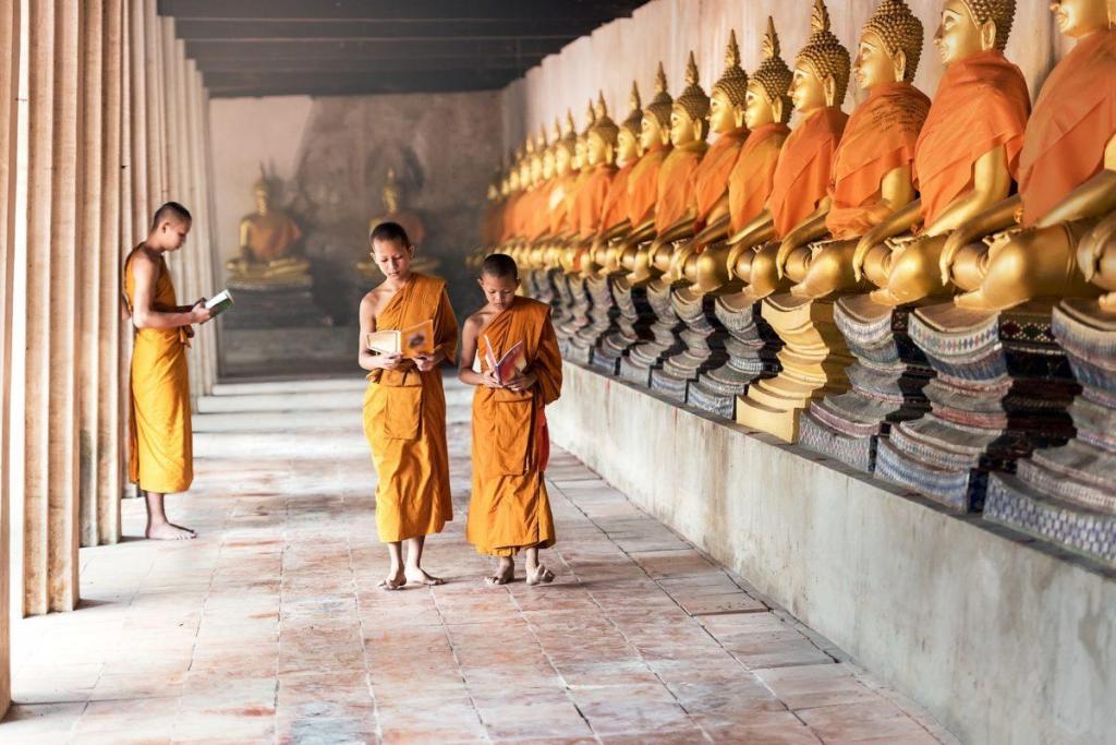 Des enfants suivant l'enseignement de Bouddha