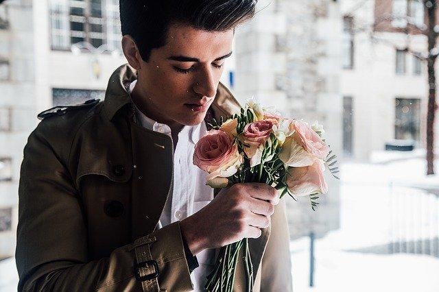 Un homme avec un bouquet de rose