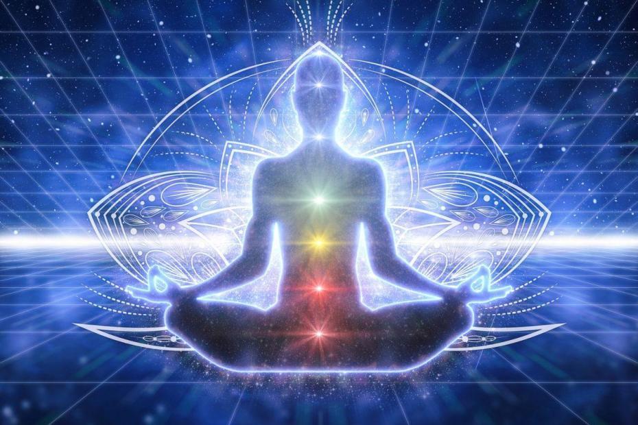 Un homme assis avec les différents chakras ouvert et alignés