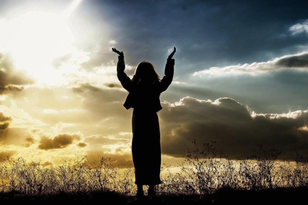 Une femme en éveil spirituel au levée du soleil