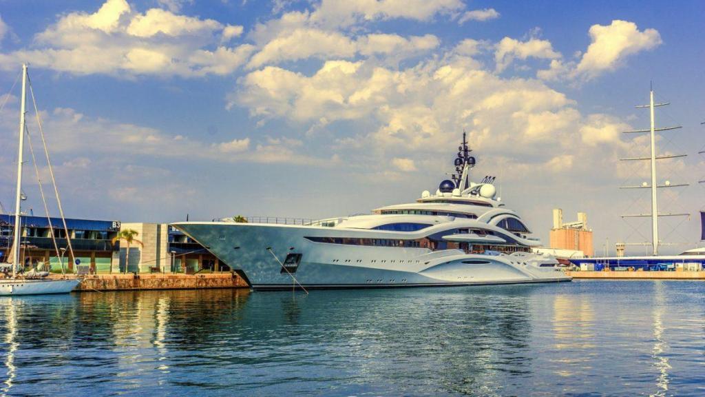 Un yacht à quai