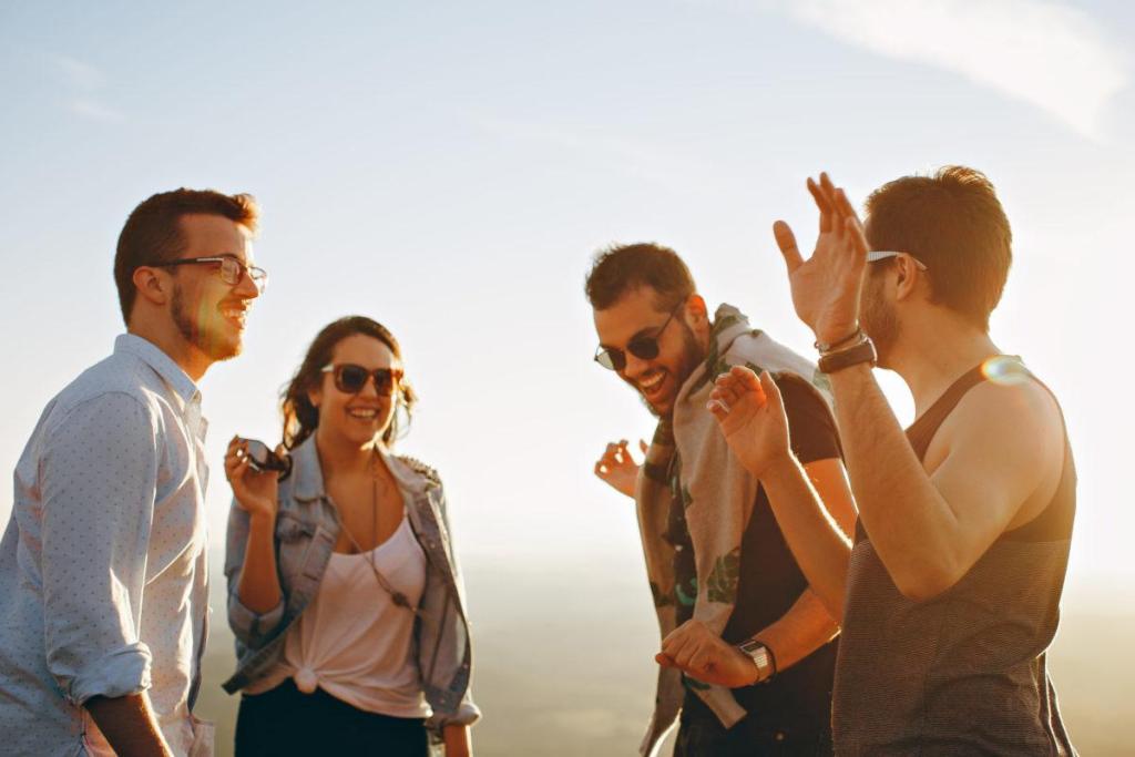 Des amis discutant en vacances