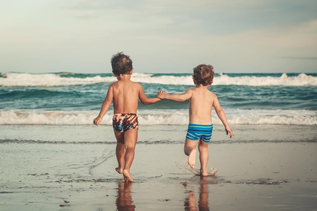 Deux enfants qui avancent vers la mer