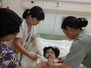 Kim Hoang apres l'operation avec les soins5
