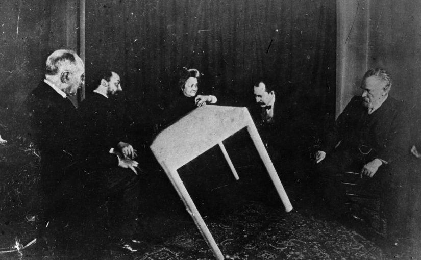 Сеанс спиритизма, Париж, 1900 / Public Domain
