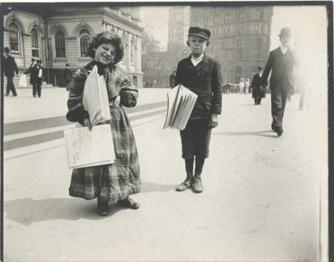 Девочка и мальчик разносчики газет, нью-Йорк,,1896 / Public Domain
