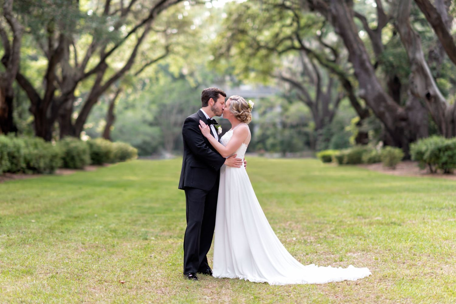 Kiss on the oak alley - Wachesaw Plantation