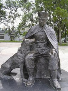 Statue in Weiahiwei of the captain of the Chih Yuen, Deng Shichang, and his faithful dog.