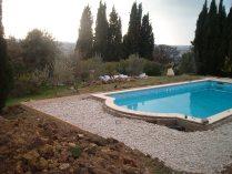 Februari, 2004. Började jobba i Cannes efter min student. Var där fram till julen 2004. Den här poolen alltså.. Vi skulle gjuta en platta och lägga plattor. Jag förstörde ett rör till poolen när jag grävde. Ångestbild!