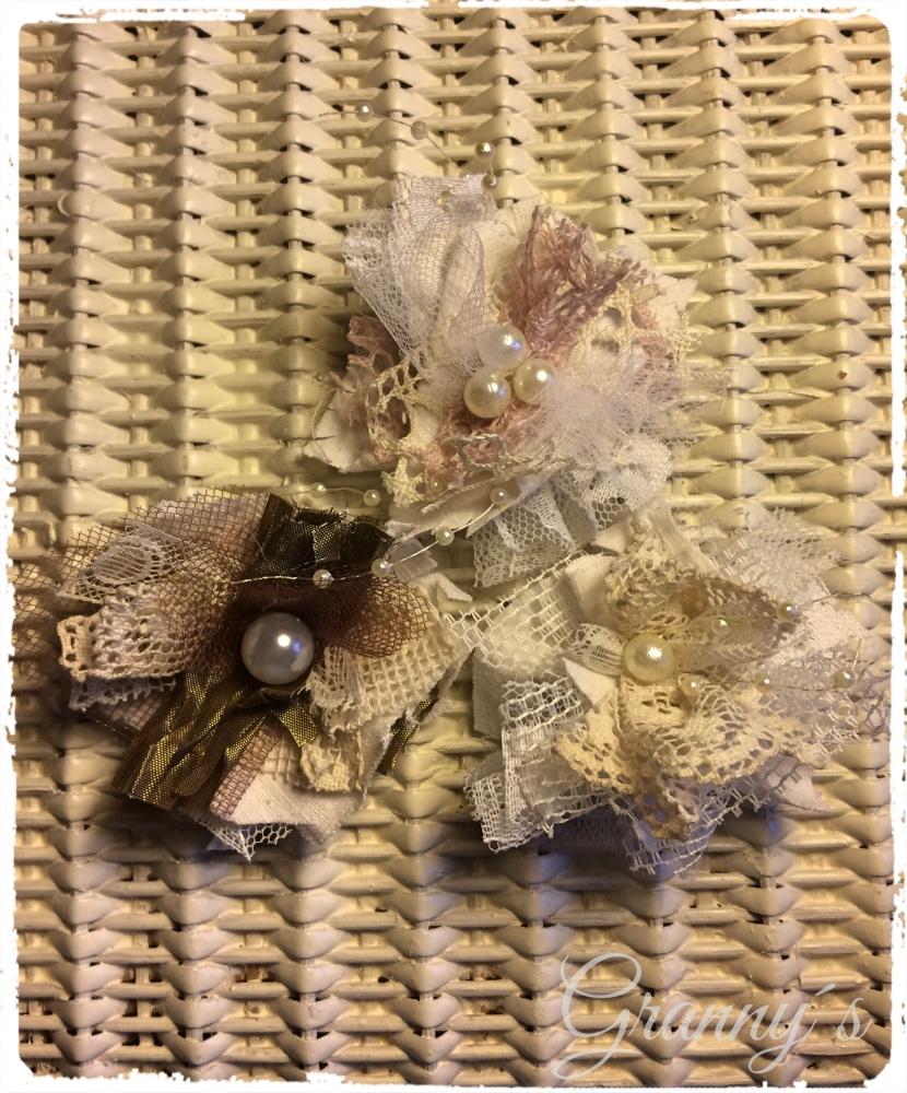 Shabby-Bl%C3%BCten-aus-Spitze Shabby Spitzen-Blüten selber machen, nostalgische Blumen für Kleidung und Accesoires