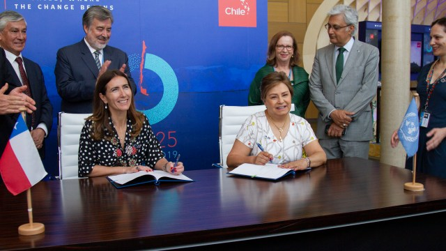 Carolina Schmidt, Minister of Environment, Chile and Patricia Espinosa, Executive Secretary, UNFCCC at the Host Country Agreement signing ceremony (c) UNclimatechange