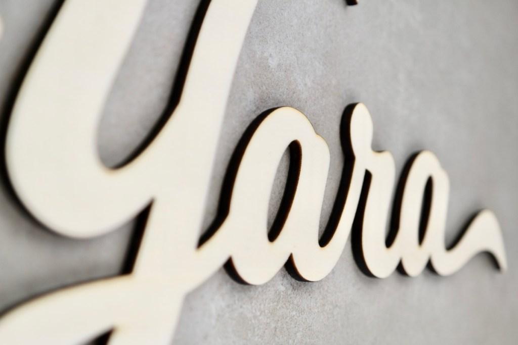 Dekoration Individueller Schriftzug aus naturbelassenem Holz