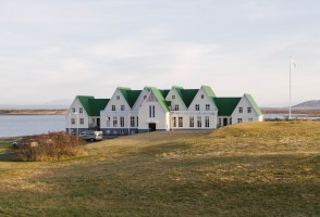 Laugarvatn Town Guide: Caves, Ecotourism & Lakeside Bathing