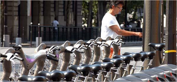 ראו את טורי זוגות האופניים בעמדות העגינה