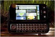 대형 핸드폰제조사 모토롤라사가 오픈소스인 안드로이드로 갈아타다. 사진은 모토롤라사의 Cliq smartphone.