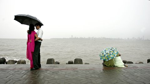 Indian couples meet by the Arabian Sea in Mumbai on June 11, 2008.