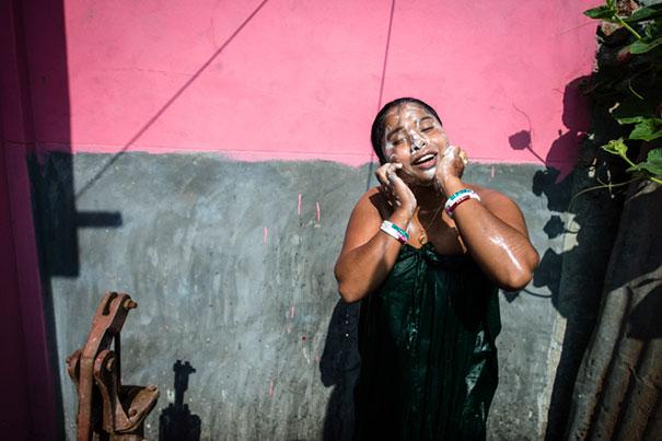 11 Impactful Pictures Of The Kandapara Brothel In Bangladesh (10)