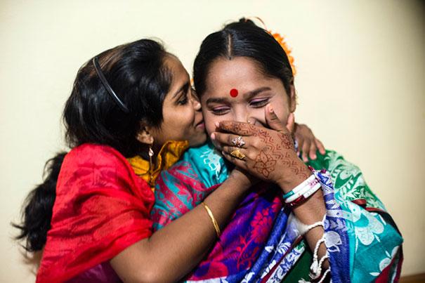 11 Impactful Pictures Of The Kandapara Brothel In Bangladesh (8)
