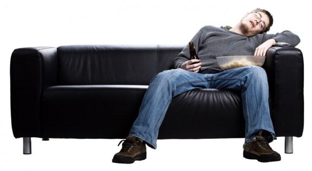 мужчина заснул на диване