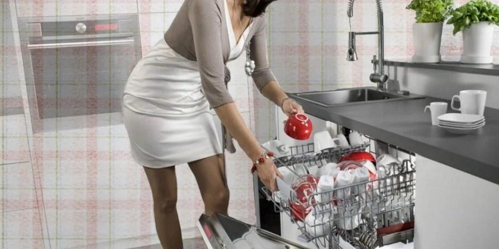 женщина с посудомойкой