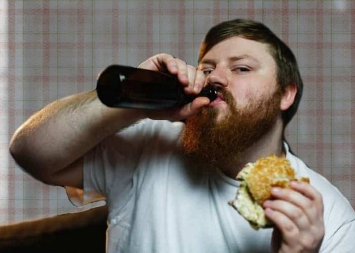 пьет пиво с бургером фото