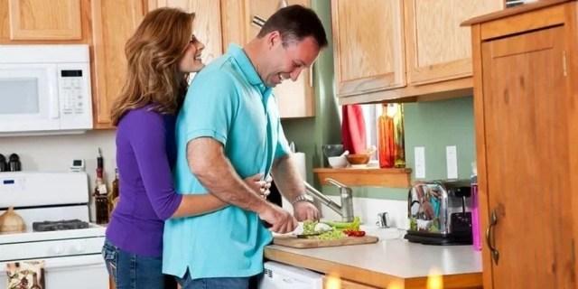 обнимаются на кухне