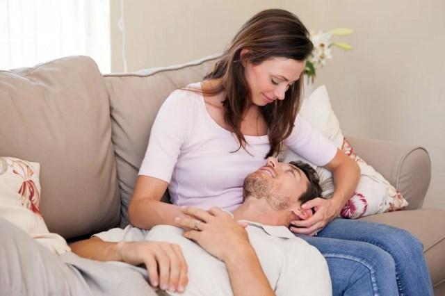 муж на коленях у жены