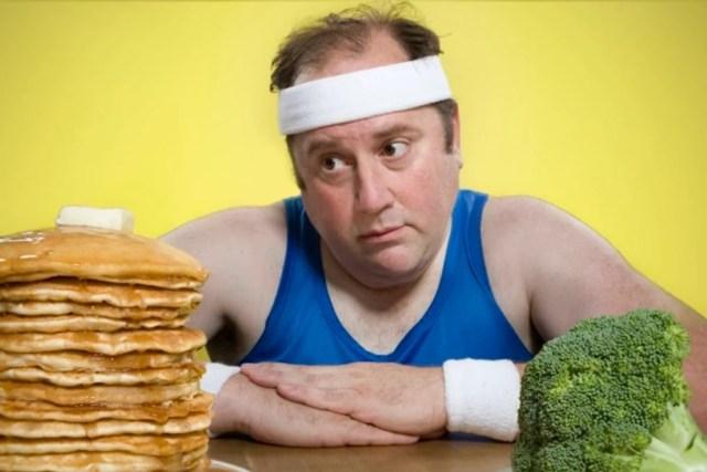 толстый мужчина смотрит на еду