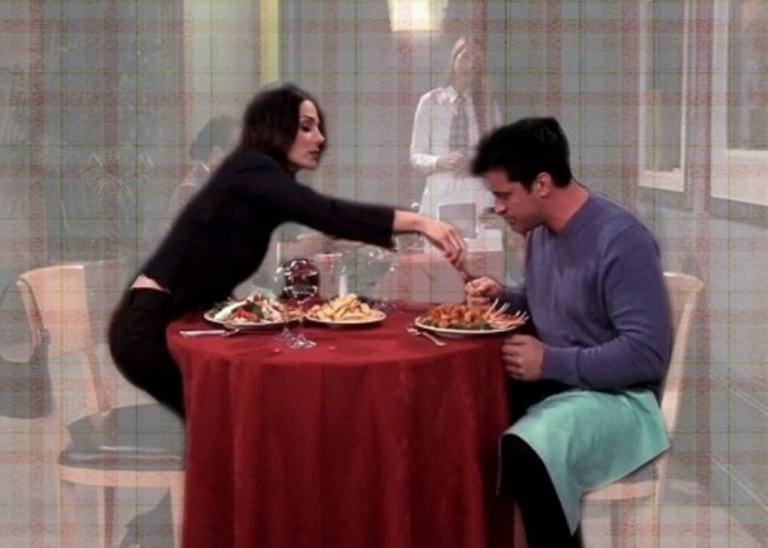 жена ест еду мужа